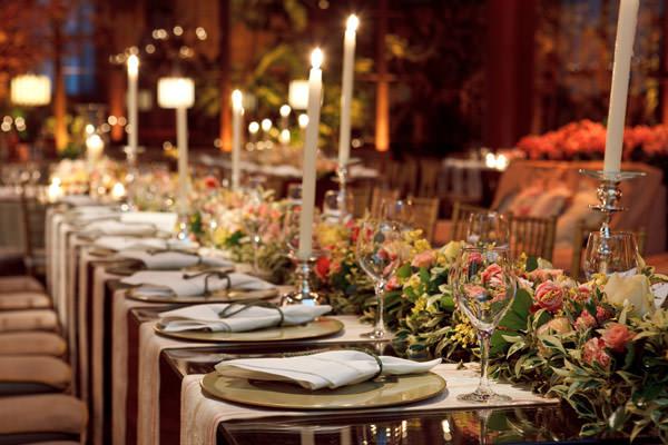 decoracao-casamento-mesa-comunitaria-guirlanda