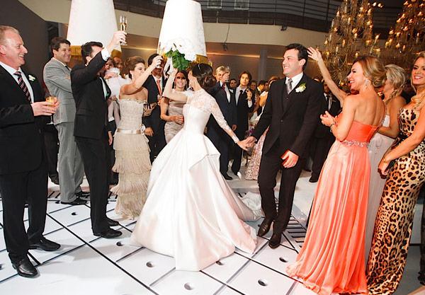 casamento-patricia-iris-entrada-noivos-festa