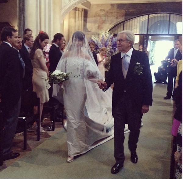 casamento-caroline-sieber-entrada-igreja-02
