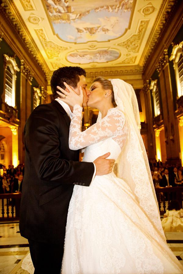 beijo-dos-noivos-casamento-cerimonia-vestido-de-noiva-sandro-barros