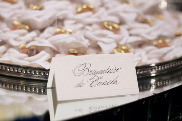decoracao-casamento-carol-cassou-mesa-doces-caligrafia