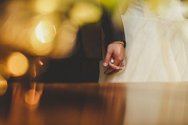 cerimonia-religiosa-casamento-noivos-maos-dadas