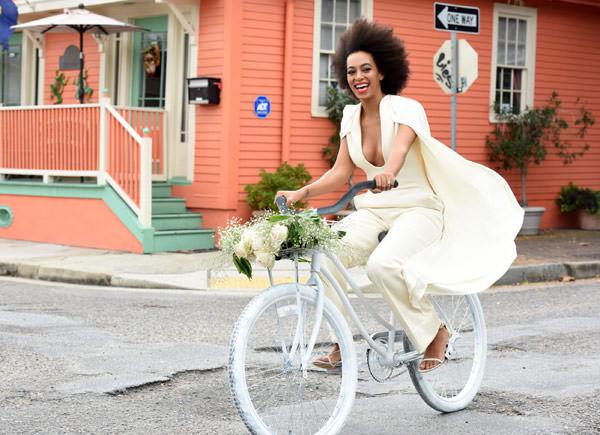 casamento-solange-knowles-e-Alan-Ferguson-macacao-bicicleta-01