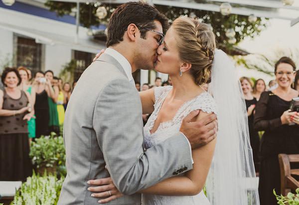 casamento-rio-de-janeiro-foto-marina-lomar-beijo-dos-noivos