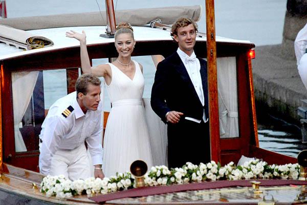 Beatrice Borromeo e Pierre Casiraghi chegaram de barco para a festa no castelo Rocca di Angera