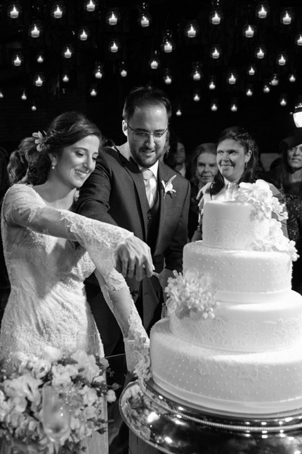 casamento-itaipava-vestido-de-noiva-mariana-kuenerz-corte-do-bolo