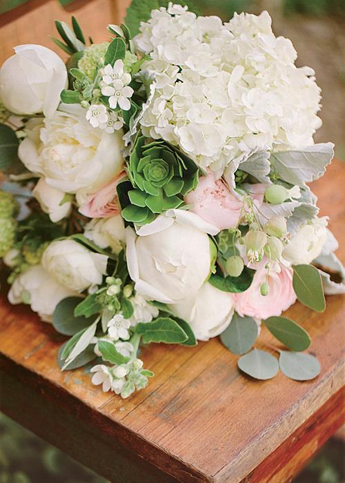 O lindo bouquet de noiva de Nikki Reed foi composto por peônias, rosas, flores silvestres, suculentas e folhas. Super fresh!