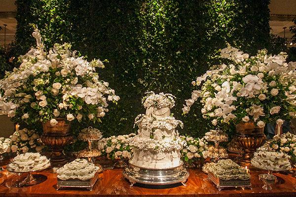 Decoração em verde e branco para um casamento clássico e intimista