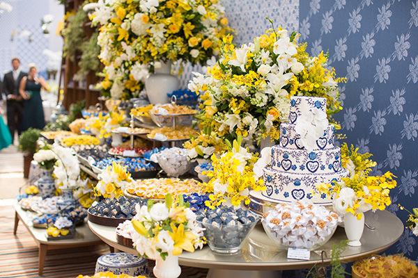 janeiro-decoracao-azul-amarelo-mesa-de-doces-02