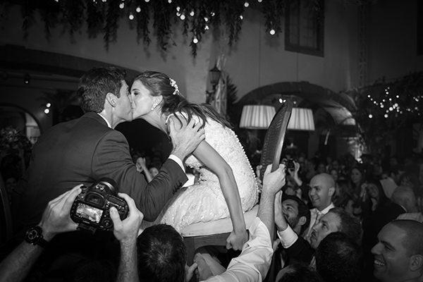 danca-das-cadeiras-beijo-noivos-casamento-judaico-foto-marina-fava