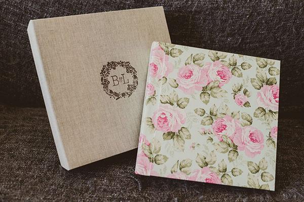 Álbum com capa estampada e caixa de Marina Lomar