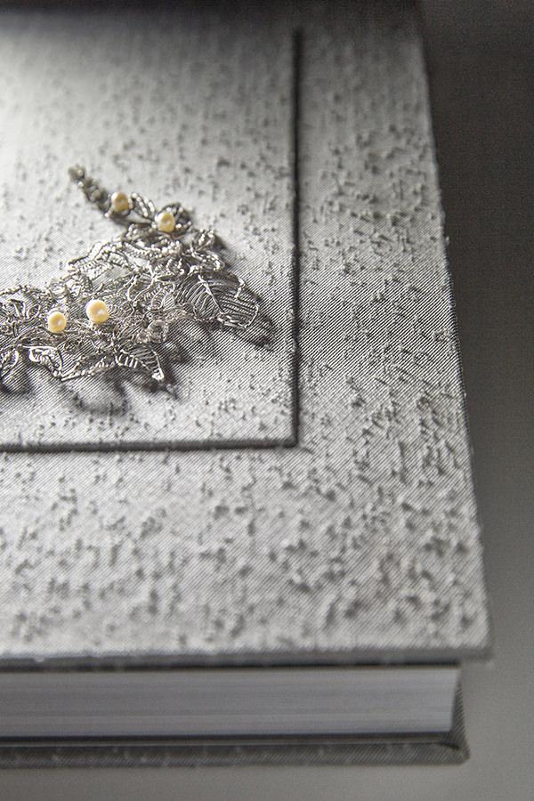 Capa com detalhe em ouro branco de Nattan Carvalho