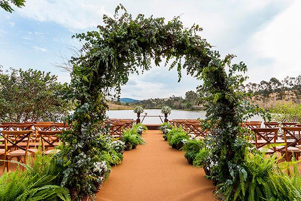decoracao-de-casamento-na-fazenda-lageado-flores-mariana-bassi-cerimonia-frente-lago-01