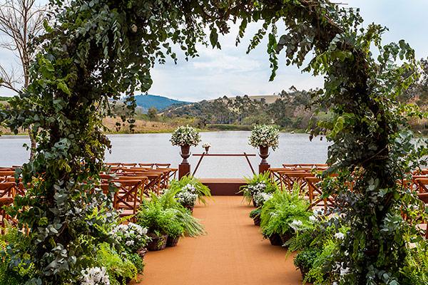 decoracao-de-casamento-na-fazenda-lageado-flores-mariana-bassi-cerimonia-frente-lago-02