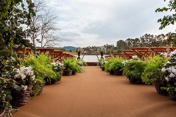decoracao-de-casamento-na-fazenda-lageado-flores-mariana-bassi-cerimonia-frente-lago-03
