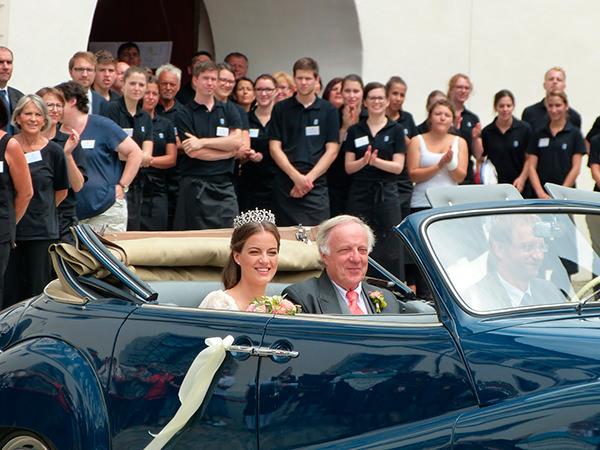 casamento-de-princesa-cleopatra-oettingen-spielberg-bavaria-alemanha-chegada-noiva-carro-conversivel-01