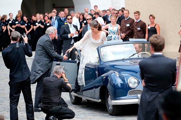 casamento-de-princesa-cleopatra-oettingen-spielberg-bavaria-alemanha-chegada-noiva-carro-conversivel-03