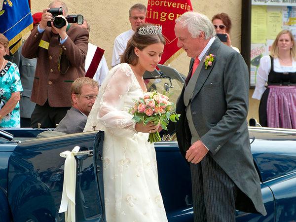 casamento-de-princesa-cleopatra-oettingen-spielberg-bavaria-alemanha-chegada-noiva-carro-conversivel-04