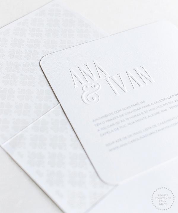 Convite quadrado com o nome dos noivos em relevo seco.