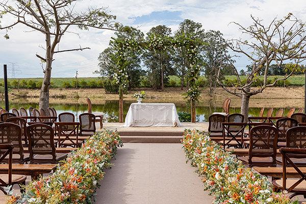 Decoração de casamento no campo em tons de marsala e azul