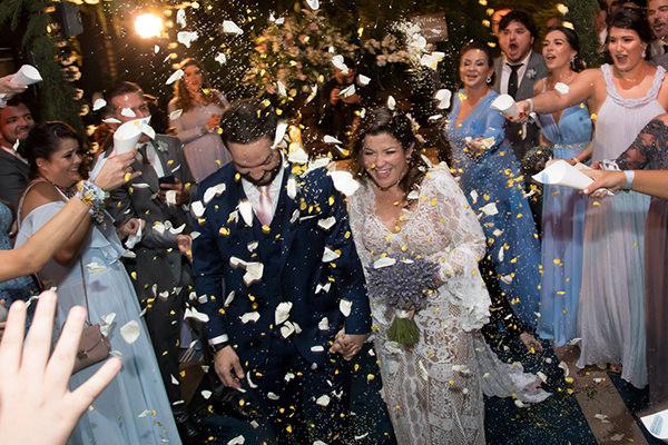 28ad55bd35bf Os noivos faziam questão de que o casamento fosse chic, mas também tivesse  um clima despojado. Então, para o conforto dos convidados, foram criados ...