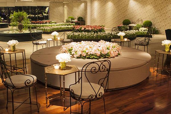Decoração de casamento com chuva de flores na mesa de doces