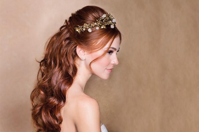 4 penteados com tiara para noivas de diferentes estilos
